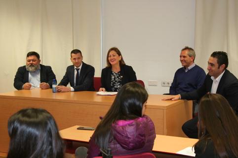 Apoyo embajadora Costa Rica a estudiantes